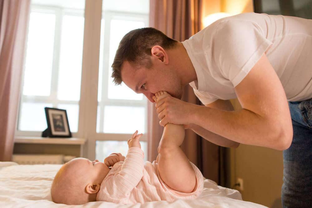 10 Cara Mendekatkan Ayah dengan Bayinya