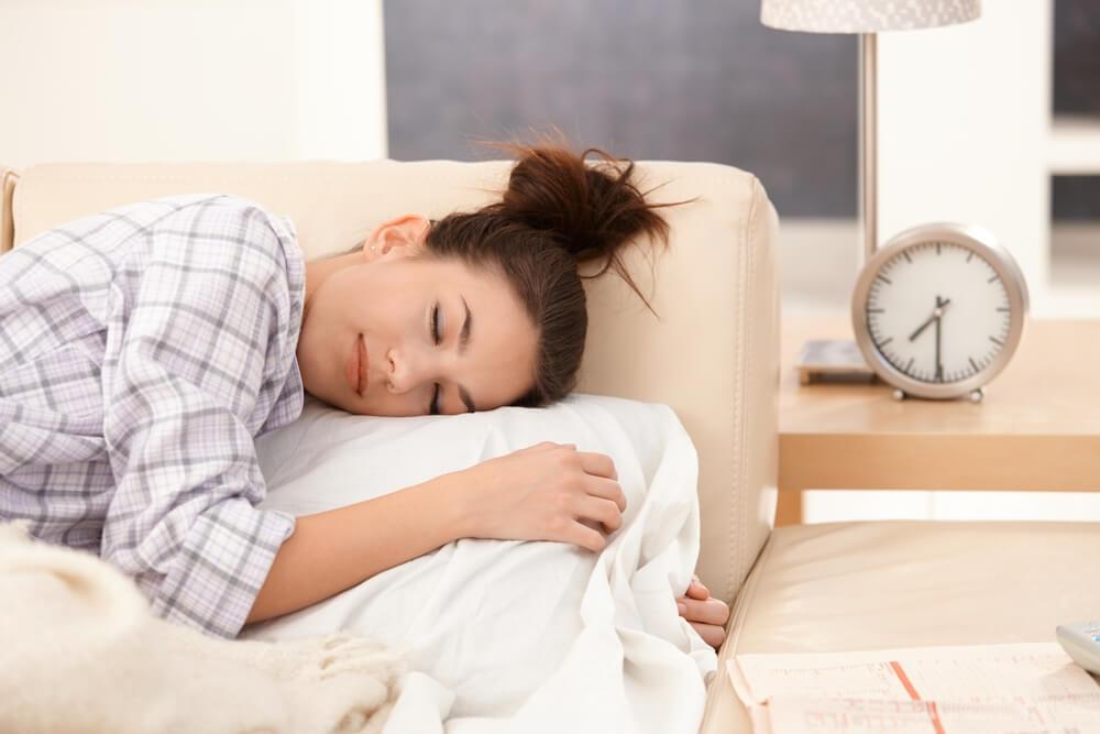 Tidur Tengkurap Saat Hamil, Bahayakah Bagi Janin?