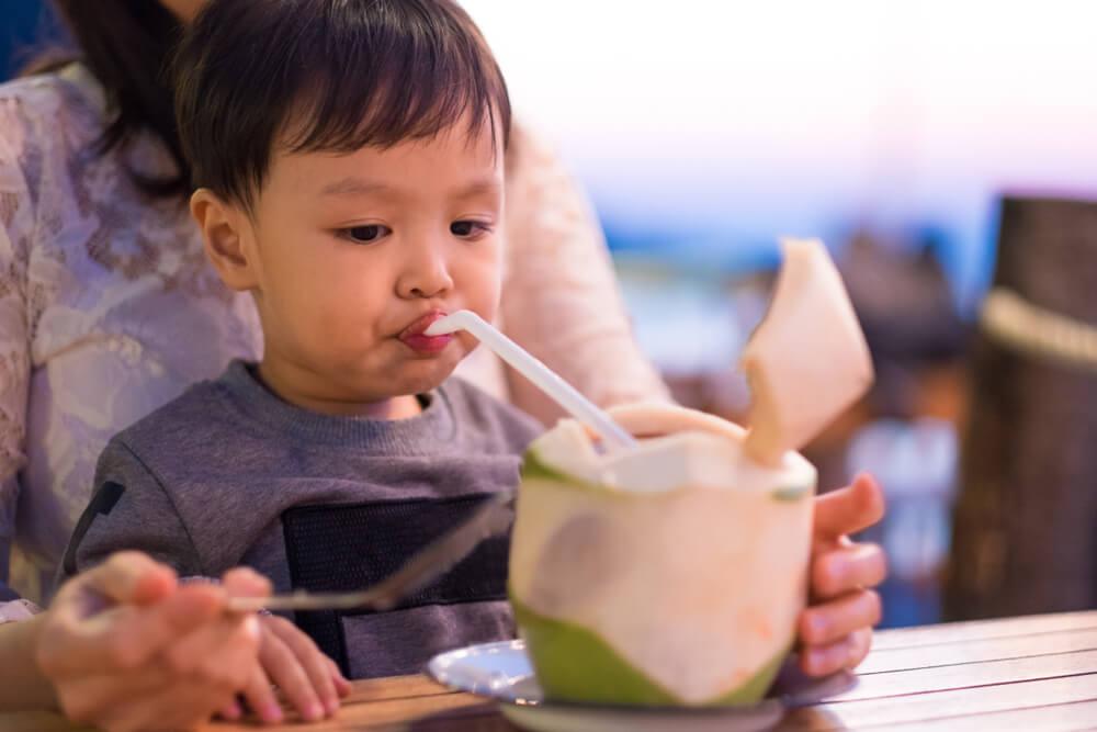 Manfaat Air Kelapa Bagi Anak, Bisa Obati Cacingan!
