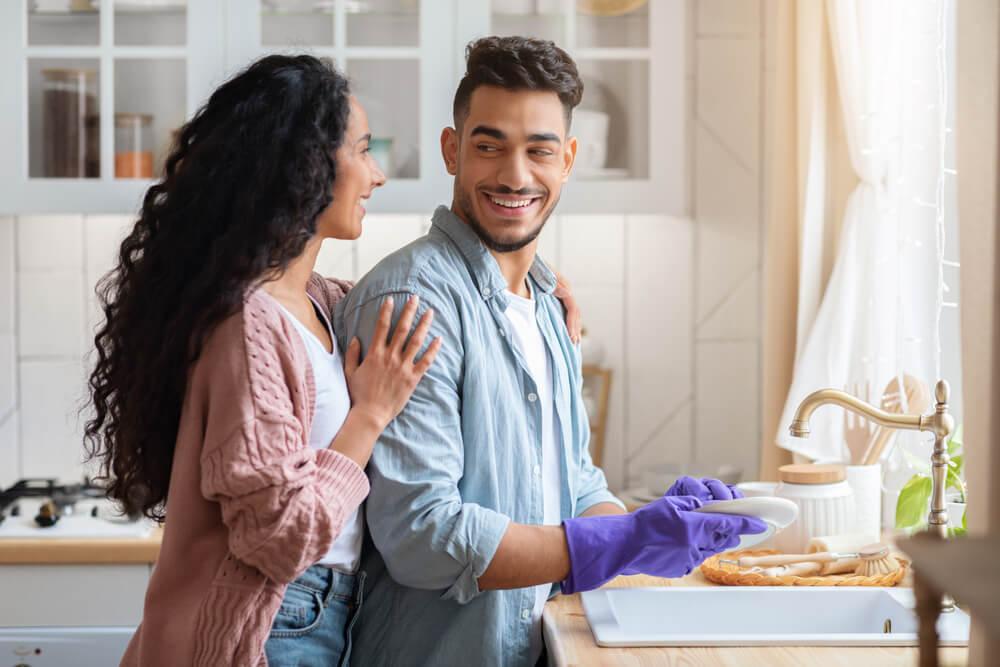 8 CaraBikin Suami Mau Bantu Pekerjaan Rumah Tangga