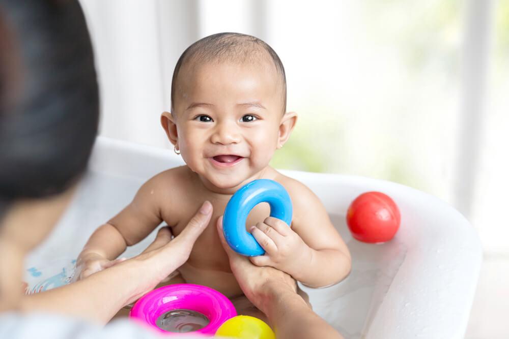 Mitos atau Fakta Kulit Putih Bayi Baru Lahir Bisa Menghitam