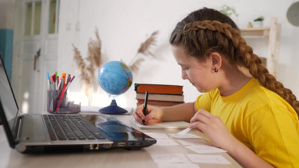 Strategi Membantu Anak Mengerjakan PR Sekolah