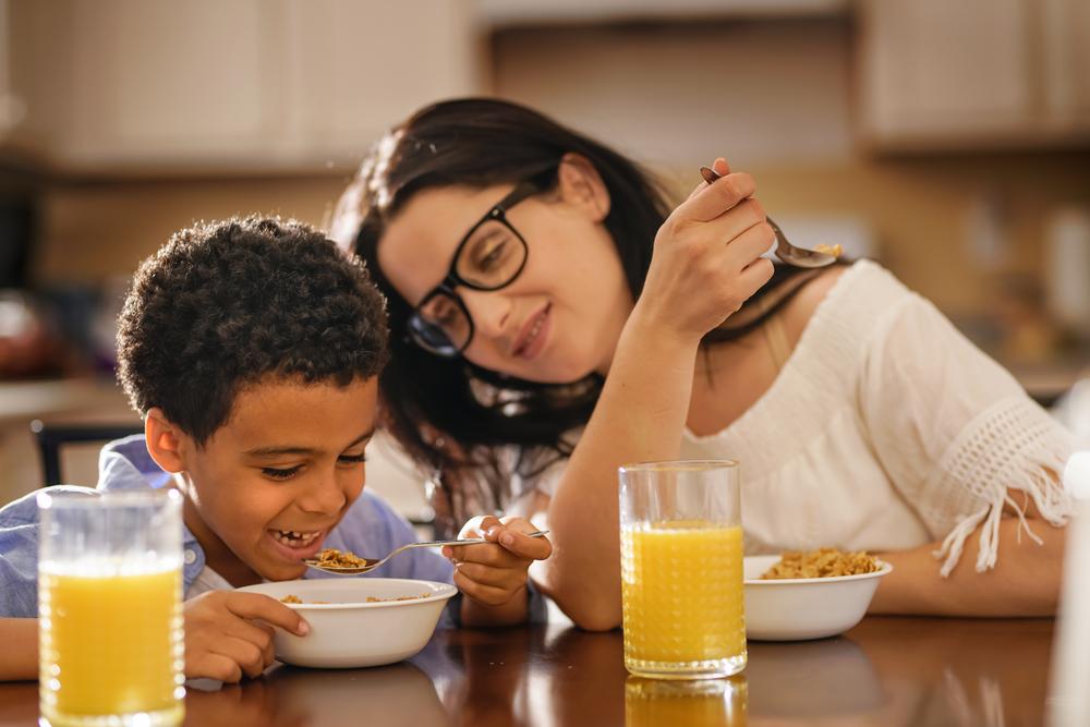 4 Cara Melatih Anak Makan Sendiri