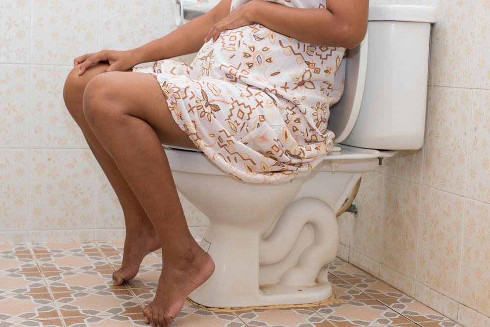 Mengejan Saat BAB Pada Moms Hamil, Bahayakah?
