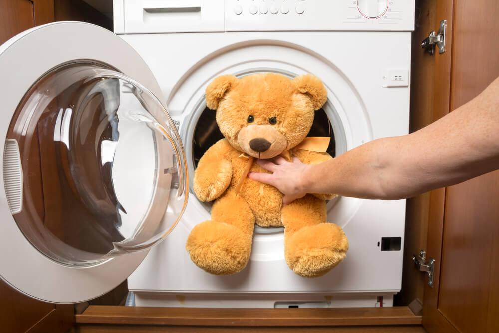 Membersihkan Mainan Anak