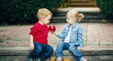 Mendidik Anak Agar Tidak Egois Tanpa Memaksanya Berbagi
