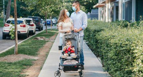 Waktu Ideal, Manfaat, dan Tip Membawa Bayi Keluar Rumah