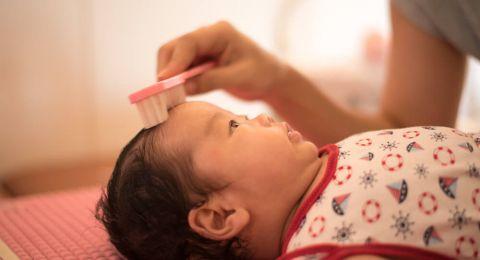 3 Cara Alami Mengatasi Kutu Rambut pada Bayi